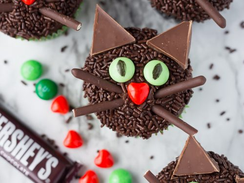 Black-Cat-Halloween-Cupcakes-5-500x375.jpg